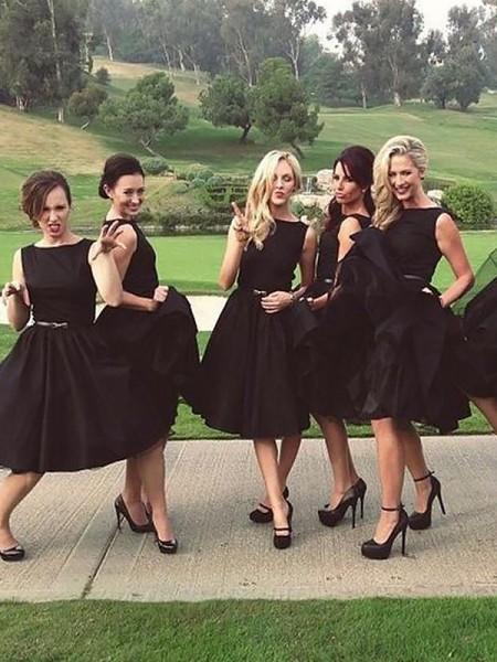 A-lijn/Prinses Mouwloos Decolleté Knie-Lengte Satijn Bruidsmeisjes Jurken